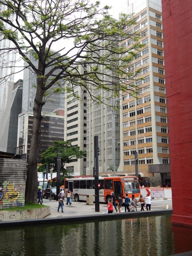 Foto de uma parte da Av. Paulista, tirada do vão do MASP