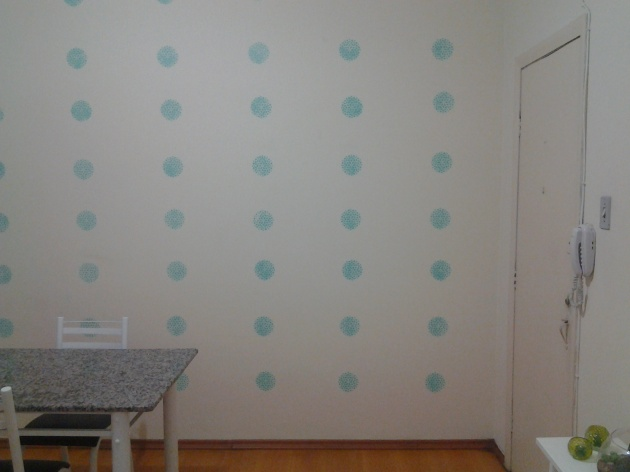 Depois:  a parede lindamente decorada! :)