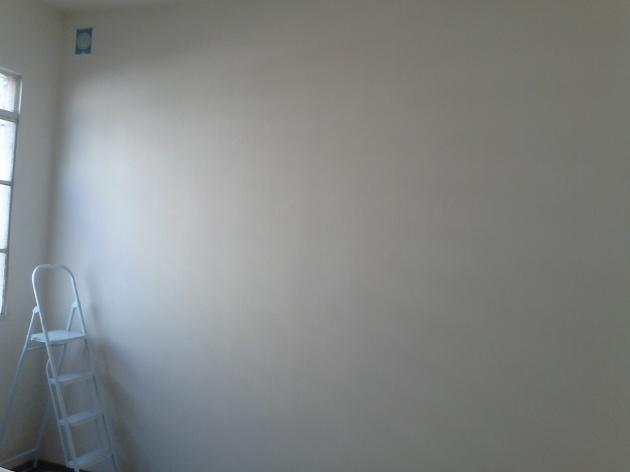 Antes: a parede vazia, com o molde do estêncil