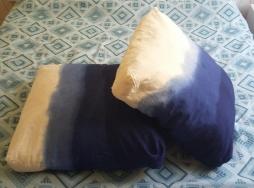 As duas almofadas tingidas